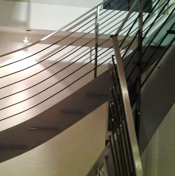 Edelstahl-Treppengeländer im Haus