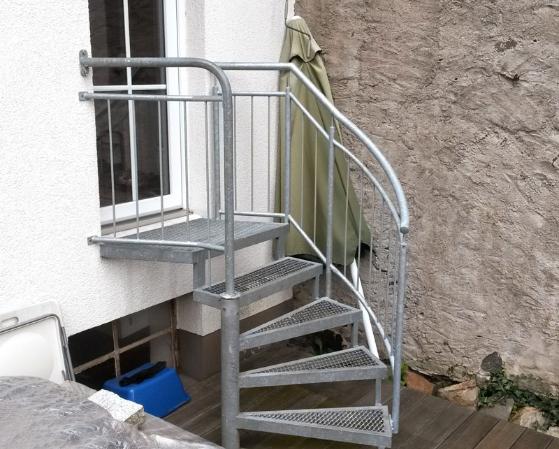 Außentreppe mit Geländer, halb gewendelt